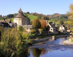 Ste Eulalie d'Olt : cité médiévale richement fleurie au milieu d'un bassin de verdure, classée parmi les plus beaux villages de France