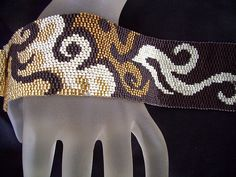 Metallic Flames Beaded Peyote Bracelet Cuff di FUNPATTERNDESIGNS