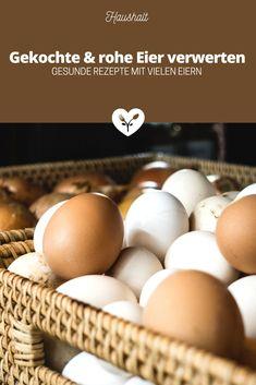 Wusstest du, dass nach Ostern 15 Millionen Eier im Müll landen, wovon der Großteil noch mehrere Wochen haltbar wäre? Ich war erschüttert, als ich die aktuellen Greenpeace Berechnungen gelesen habe. Aus diesem Grund möchte ich dir in diesem Beitrag zeigen, wie du herausfindest ob die Eier in deinem Kühlschrank noch genießbar sind. Ebenso stelle ich dir viele gesunde Rezepte vor, in denen du rohe oder gekochte (Oster) Eier verwerten kannst. Low Carb Meal, Food Styling, Food Photography, Eggs, Breakfast, Recipes With Eggs, Cute Ideas, Morning Coffee, Egg