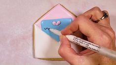 How to Decorate a Happy Love Note Cookie Watch step-by-step how to make a cute Love Note cookie for Valentine's Day Valentines Day Cookies, Valentine Desserts, Valentine Cookies, Easter Cookies, Christmas Cookies, Funny Valentine, Be My Valentine, Apple Cookies, Sweets