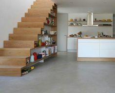 Cuisine design moderne sous l'escalier en bois
