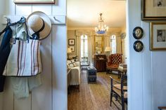 I have always loved Atlanta interior designer Jacquelynne aka Jackye Lanham's style.  I love her use of fine antiques mixed with casual fabr... Charleston Homes, Cote De Texas, Traditional Interior, Slipcovers, Family Room Design, Atlanta, Cottage, Antiques, Texas Coast