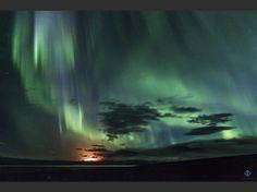 """Le volcan islandais Burdurbunga en éruption sous une aurore boréale. """"La terre et le ciel en feu"""", a commenté le photographe Gisli Dua, en postant sur Twitter cette photo qu'il a prise le 2 septembre."""