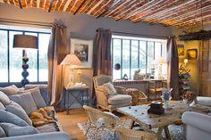 Dans les Yvelines, un ancien corps de ferme de 400m² a été transformé en une habitation à l'ambiance cosy alliant déco rustique et technologie domotique. Visite !