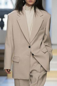 Jil Sander auf der Milan Fashion Week im Herbst 2017 – Livingly – Fashionist Fall Fashion Outfits, Fall Fashion Trends, Mode Outfits, Winter Fashion, Milan Fashion, Workwear Fashion, Jil Sander, Neutral Outfit, Fashion Over 40
