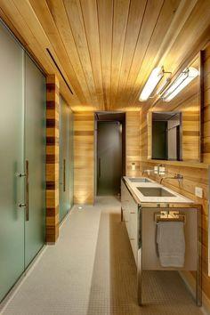 salle de bains contemporaine avec lambris murs et plafond en bois