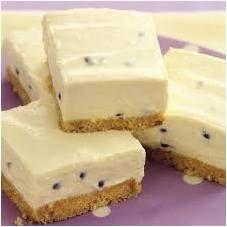 Druk in tertbak vas. Maak 1 pakkie suurlemoen jellie aan met 1 k kookwater en laat afkoel. Roer 1 blik kondensmelk en 1 blikkie grenadillamoes by en ook 50 ml suurlemoensap. Passionfruit Cheesecake, Passionfruit Recipes, Passionfruit Slice, Cheesecake Recipes, Dessert Recipes, Cheesecake Squares, No Bake Slices, Dessert Aux Fruits, Food Cakes