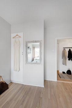FINN – EN NORDISK BOLIGDRØM PÅ ST.HANSHAUGEN - Åpen og lys 3-roms leilighet - Stort og sosialt spisekjøkken - Koselig balkong mot bakgård - IN ordning på fellesgjeld - V.vann og fyring inkl. i husleien Oslo, Oversized Mirror, Gate, Real Estate, Furniture, Design, Home Decor, Rome, Real Estates