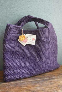 Uma bolsa descontraida ,jovial, confeccionada em crochê, forrada com tecido tafeta, para seu fecho foi usado botão magnético. R$ 60,00