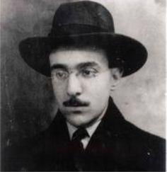 Fernando Pessoa, nascido em Lisboa, Portugal, foi um dos maiores poetas portugueses de todos os tempos.