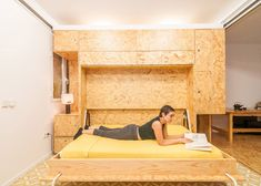 Apartamento pequeno usa estantes que se movem para criar diversos cômodos - limaonagua