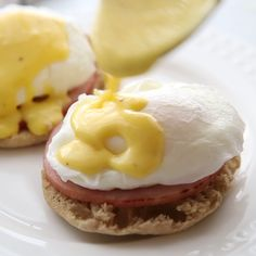 Eggs Benedict is my favorite breakfast menu item, and it's super easy to make from home! It starts with a toasted english muffin, topped with a slice or two of Canadian bacon, a poached egg, and smoth Eggs Benedict Sauce, Easy Eggs Benedict, Recipe For Eggs Benedict, Avocado Eggs Benedict, Eggs Benedict Casserole, Recipe For Hollandaise Sauce, Breakfast Dishes, Mexican Breakfast, Breakfast Pizza