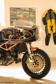 Ducati 916 Follia by Gustoadulto Custom , photo by Antonio Cellini. (via RocketGarage Cafe Racer: 916 Follia)