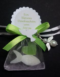 2 kleine Schafmilchseifen als kleines Geschenk für die Gäste. Mit Schutzengel/Perlenengel weiss  Liebevoll verpackt in Organzasäckchen 7x5 cm weiss. Schleife/Schrift farblich...