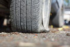 4 buoni motivi per non #guidare con una gomma a terra  http://www.infogomme.it/si-puo-guidare-con-una-gomma-a-terra/#pneumatici