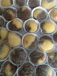 Brigadeiro Gourmet de Chocolate Branco e Chocolate Meio Amargo Chocolates, Muffin, Breakfast, Food, Homemade Candies, White Chocolate, Party Candy, Kuchen, Middle