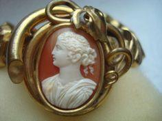 Altes Armband mit Gemme Kamee Muschel Muschelkamee vergoldet Armreif Efeu Art