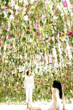 visitors to tokyo's miraikan national museum of emerging science and innovation may find themselves immersed in a kinetic maze of botanical life, comprised of more than 2,300 suspended flowers blooming in a vast white space | designboom #design #flowers