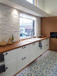 Kaunis marokkolainen lattialaatoitus tuo keittiöön uutta ilmettä. Sisustuksessa käytetyt tuotteet: ZocoHome Argan sementtilaatta - Keittiö kohteessa Lumimustikka, Asuntomessut 2016 Seinäjoki