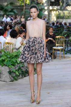 Josep Font for DelPozo Fashion Week Gold Fashion, I Love Fashion, Fashion Show, Womens Fashion, Outfits Fiesta, Party Outfits, Delpozo, Short Skirts, My Outfit