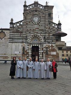 Le Monache Buddiste in posa davanti alla cattedrale di Santo Stefano