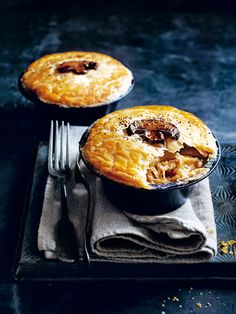 These cosy pies are filled with creamy chicken and mushrooms in a flaky pastry – yum! These cosy pies are filled with creamy chicken and mushrooms in a flaky pastry – yum! Savory Pastry, Flaky Pastry, Savoury Pies, Beef And Ale Pie, Chicken And Mushroom Pie, Fennel Recipes, How To Roast Hazelnuts, Stuffed Mushrooms, Stuffed Peppers