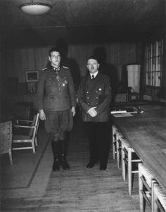 """Adolf Hitler y el jefe de operaciones especiales Hauptsturmführer SS Otto Skorzeny (1908-1975) tras haber sido galardonado con la Cruz de Caballero en el Cuartel General del Führer """"Wolfsschanze"""" en Rastenburg (Prusia Oriental)."""
