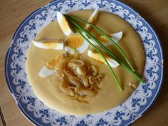 Jednoduchý, sýty prívarok s opraženou cibuľkou a vajíčkom. Thai Red Curry, Soup, Ethnic Recipes, Soup Appetizers, Soups, Chowder