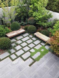 Interesting blurring of paving edges to create a different corner #courtyard cortile arredato #GardeningDesign