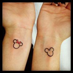 Tatuagens das cabeças do Mickey e Minnie nos pulsos