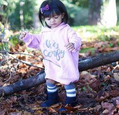 New fashion kids girl fall sweaters ideas Kids Winter Fashion, Autumn Fashion, Toddler Fashion, Teen Fashion, Comfy Hoodies, Girl Falling, Fall Sweaters, Stylish Kids, Kid Styles