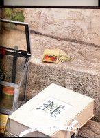 Caja forrada en tela con iniciales bordadas en la tapa - Me gusta esta idea para guardar un diario o recuerdos personales.