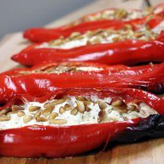 Van de BBQ een complete maaltijd maken? Dan horen groenten erbij. Dit BBQ recept voor puntpaprika's, gevuld met ricotta en mascarpone is een aanrader! Barbecue, Bbq Ribs, Vegetarian Grilling, Grilling Recipes, Cobb Bbq, Weber Bbq, Grilled Shrimp Recipes, Feel Good Food, Happy Foods