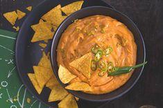 Chilli sýrový dip s tortillovými lupínky Guacamole, Thai Red Curry, Feta, Salsa, Veggies, Ethnic Recipes, Vegetable Recipes, Vegetables, Salsa Music