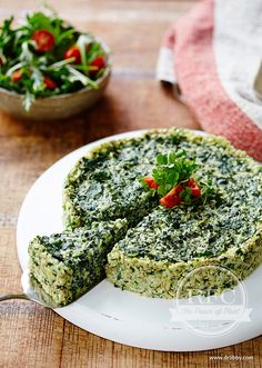 Eggless Raw Quiche | This nutrient-packed raw quiche is a delicious way to amp up your greens. The base of this quiche blows conventional quiche bases away as it is packed with seeds, parsley and nutritional yeast resulting in a cheesy flavour. Nutritional yeast is rich in B complex vitamins, especially B12, essential amino acids and trace minerals, all necessary for healthy nerve function and energy production. This eggless quiche will surprise and delight you, not to mention nourish you…