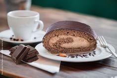 Wo sind unsere Schokoladen-Liebhaber? 😍 Wir haben was ganz Tolles für Euch, eine Schokoladenroulade mit einer Schokomousse Füllung, überzogen mit Schokolade 😋 Mehr geht nicht!  Und denkt immer daran: Schokolade hat nur wenig Vitamine, deshalb muss man so viel davon essen! 😄  Kommt am Wochenende mit Euren Freunden und Familie zum Kaffee und Kuchen bei uns vorbei. Wir freuen uns auf Euch. 🙂… Breakfast, Tableware, Food, Chocolate Cakes, Amazing, Bakken, Essen, Morning Coffee, Dinnerware