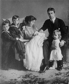 GUSTAVO (1882-1973, POI RE GUSTAVO VI)CON LA CONSORTE MARGARETH DI CONNAUGHT E SASSONIA COBURGO GOTHA (1882-1920), CON I 4 DEI 5 FIGLI. SI TRATTA DI GUSTAVO ADOLFO (PADRE DI CARLO GUSTAVO, MORTO PREMATURAMENTE PRIMA DI DIVENIRE RE) SIGVARD INGRID E BERTIL, CHE DOVREBBE ESSERE IL NEONATO.QUINDI LA FOTO E' DEL 1912.DEVE ANCORA NASCERE CARLO GIOVANNI .