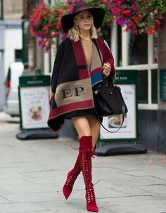 damen poncho rote stiefel lang schwarze tasche resized
