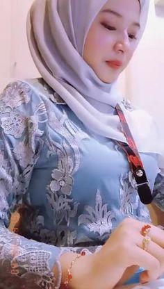 Arab Girls Hijab, Girl Hijab, Muslim Girls, Beautiful Arab Women, Beautiful Hijab, Beautiful Asian Girls, Iranian Women Fashion, Muslim Fashion, Dehati Girl Photo
