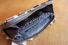 StyleDesignCreate - DIY: Sy indmad til pung Candy Wrappers, Diys, Zip Around Wallet, Diy Bags, Sewing Diy, Clutches, Crafts, Design, Scrappy Quilts