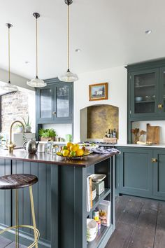 This beautiful Shaker Kitchen in North East London is a true sight for sore eyes! Interior designer Emilie Fournet worked with our team to create this dreamy kitchen. Western Kitchen, Rustic Kitchen, New Kitchen, Kitchen Decor, Devol Kitchens, Shaker Style Kitchens, Shaker Kitchen, Kitchen Pantries, Kitchen Cabinet Styles