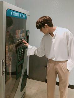 mingyu doing his job in inkigayo Woozi, Jeonghan, Wonwoo, Kpop, Seventeen Instagram, Vernon Chwe, Kai Exo, Kim Min Gyu, Mingyu Seventeen