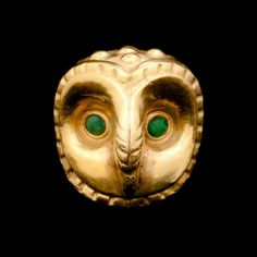 A bead in the form of an owl's head, made of gold and turquoise. Ministerio de Cultura del Perú: Museo Tumbas Reales de Sipán, Lambayeque.