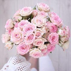 Happy Sunday! :) // Ale cudną mamy niedzielę! Słońce pięknie grzeje, do tego w planach spotkanie z rodzinką @annalovesneutrals, buzia sama składa się do uśmiechu :) Pięknego dnia Wam życzę! :) #niedziela #bukiet #róże #sundaymood #sundaymorning #sundaypleasures #bouquet #rosesbouquet #pinkroses #fromwhereistand #thinkpink #flowerpower #flower_daily #flowerphotography #inspiremyinstagram #goodmorningpost #goodmorningpeople  #Regram via @_myhappypictures