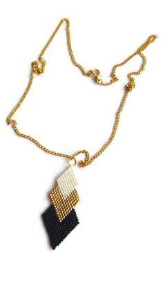Un beau collier de perles de petites perles en verre ! Ce collier pendentif tissé est fait en ajoutant les perles une par une. J'ai utilisé des