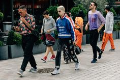 A look at the best street style from Men's Fashion Week in Paris, including relaxed pants, tucked-in T-shirts, and much more. Modern Mens Fashion, Mens Fashion Week, Men's Fashion, Boho Outfits, Vintage Outfits, Street Style 2017, Street Styles, Skate Style, Cool Street Fashion