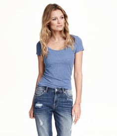 Fitted top in jersey with a scoop neckline and short sleeves.