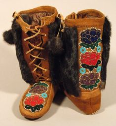 Mukluks-- I want these! Native Beadwork, Native American Beadwork, Native American Indians, Native American Design, Native Design, Beaded Moccasins, Leather Moccasins, Moccasin Boots, Shoe Boots