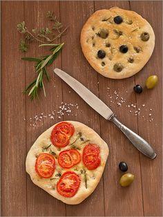 Italienisches Stockbrot mit Tomaten und Oliven - Edith Albuschat