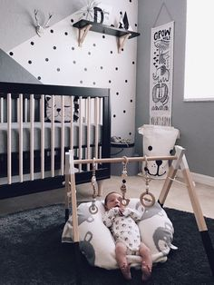 Black and white gender neutral nursery decor. Babies love high contrast like this. #babynurserydecor